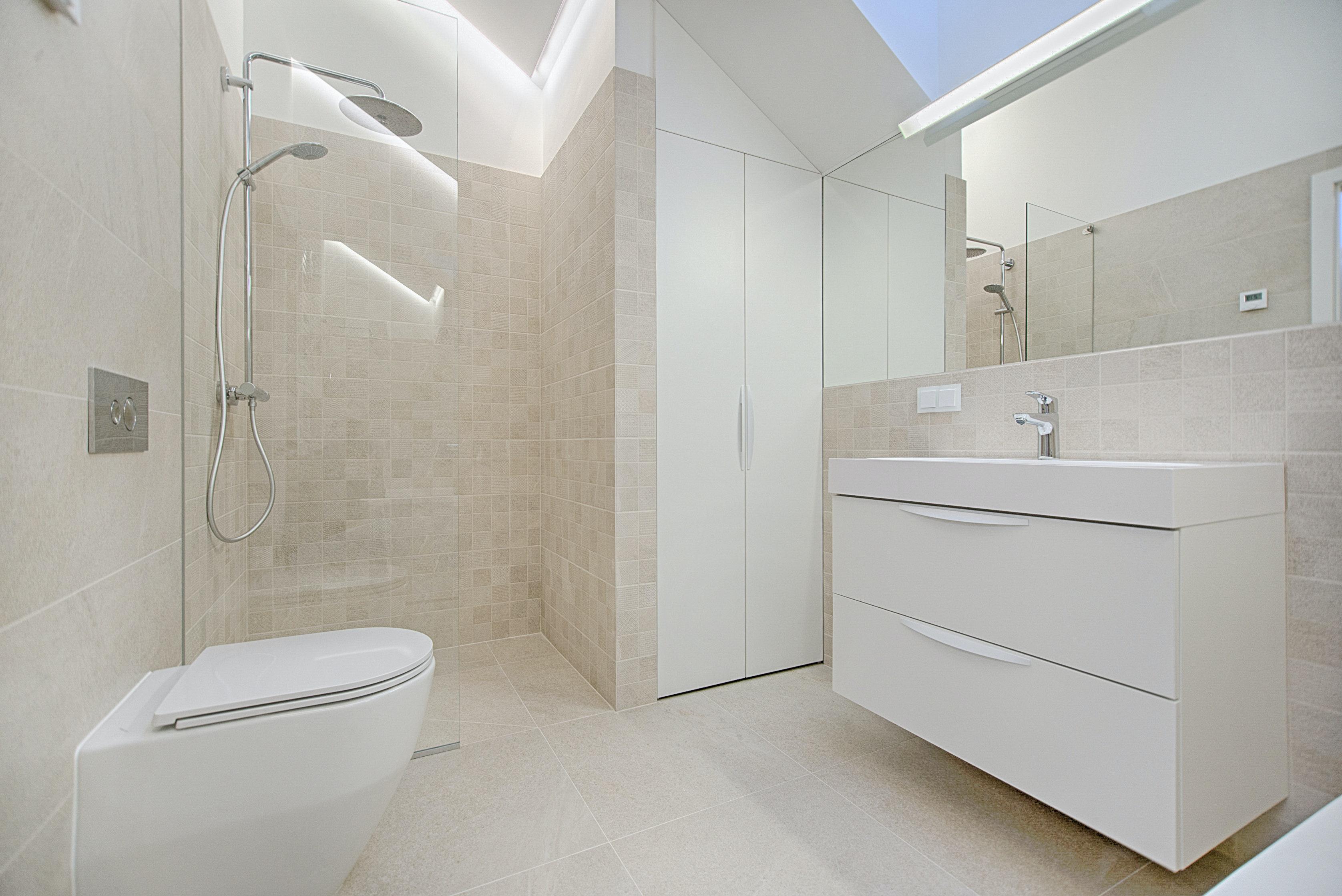 Salle de bain spacieuse et sécurisée
